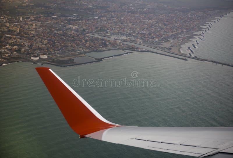 Fiumicino Италия - 8-ое марта; 2019: Взгляд города Fiumicino от воздушных судн стоковые изображения