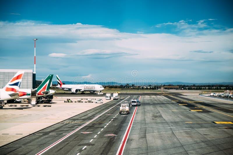 Fiumicino, Италия Самолет воздушных судн авиакомпаний эмиратов стоит на международном аэропорте Леонардо Да Винчи Рима Fiumicino  стоковое фото