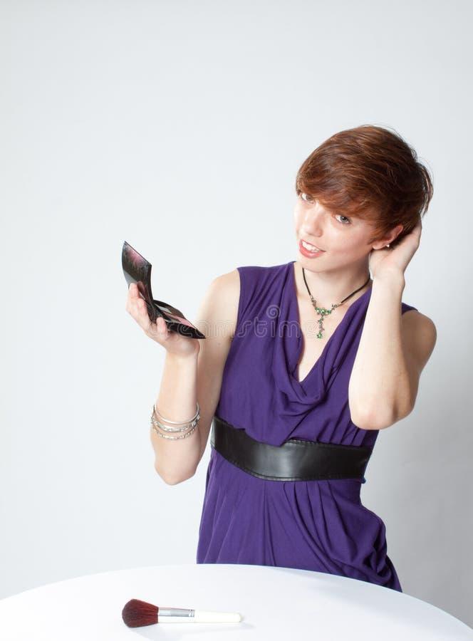 Fixação da mulher nova seu cabelo imagens de stock royalty free