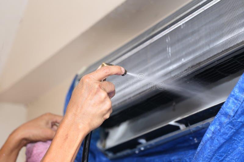 Fixação do reparador e unidade do condicionador de ar da limpeza fotografia de stock royalty free
