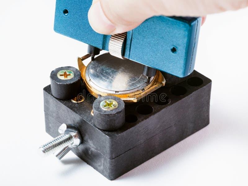 Fixade den tillbaka räkningen för öppningen av den gamla klockan i hållare arkivfoton