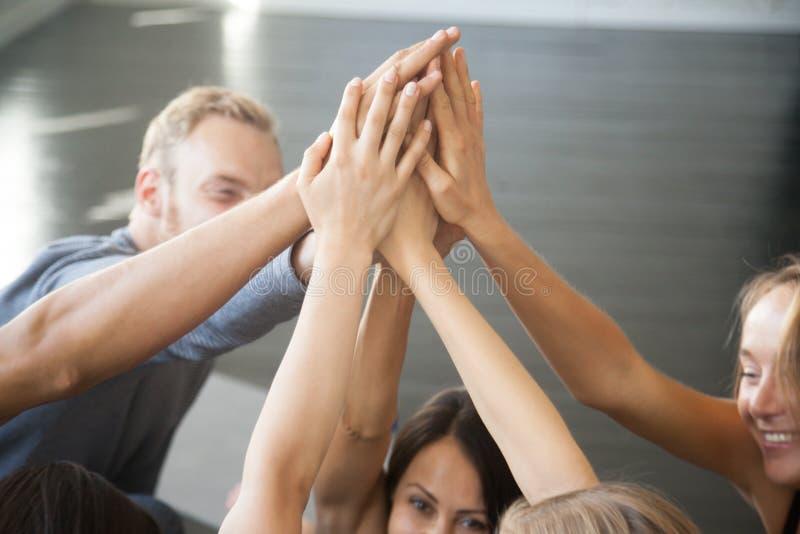 Fixant des buts, réalisant la leçon de yoga de résultats d'équipe image stock