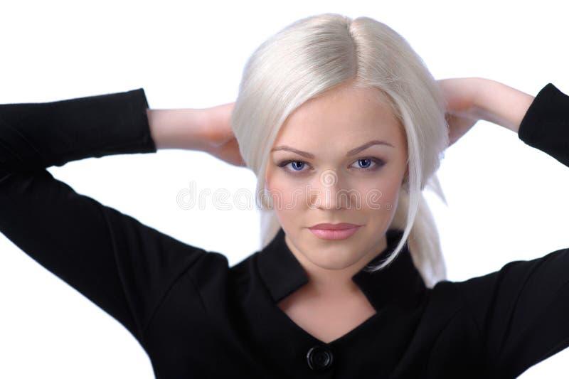 Fixation blonde mignonne son cheveu image stock