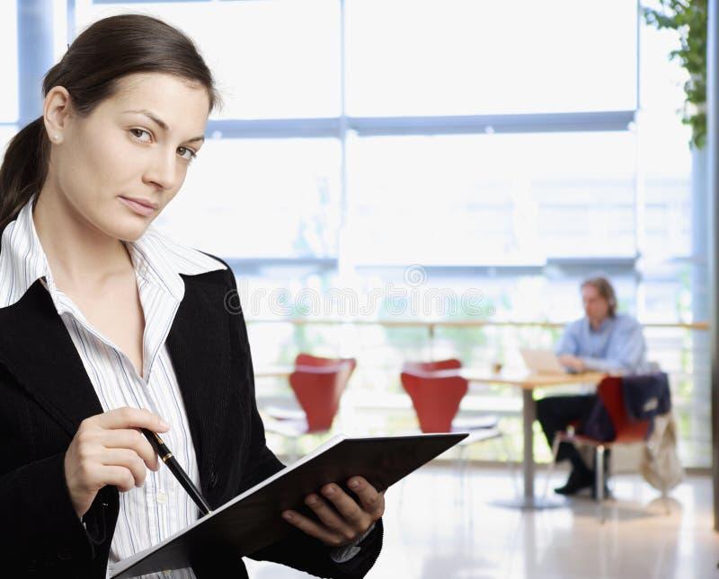 fixation de dépliant de femme d'affaires photo stock