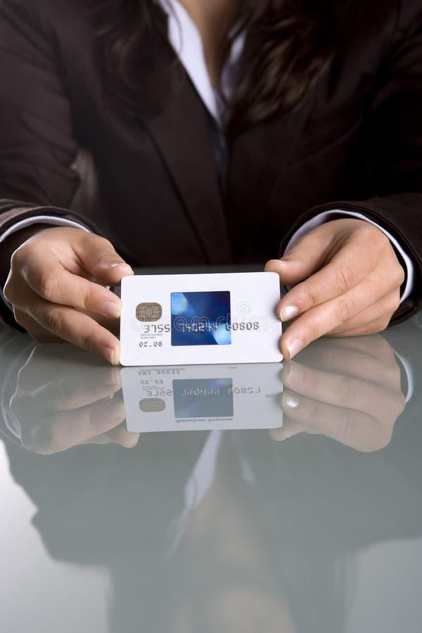Fixation de femme d'affaires par la carte de crédit images libres de droits