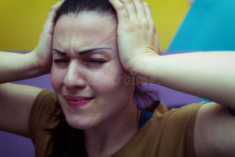 Fixation de fille sa tête Mal de tête travail tension images stock