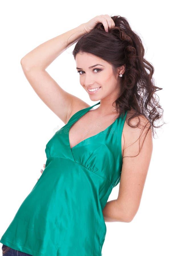 Fixation de jeune femme son cheveu photos stock