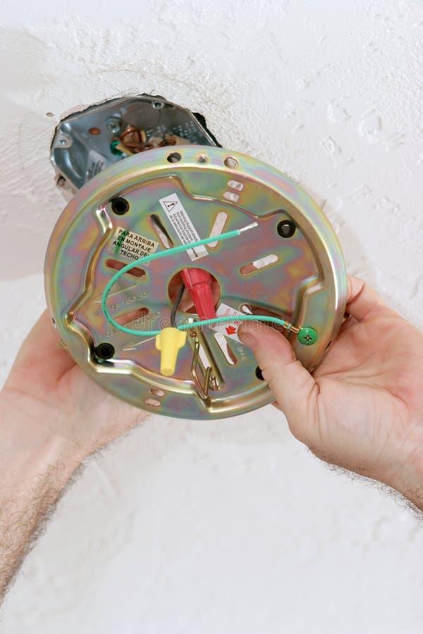 fixation de la plaque de ventilateur dans le cadre de plafond photo stock image du people. Black Bedroom Furniture Sets. Home Design Ideas