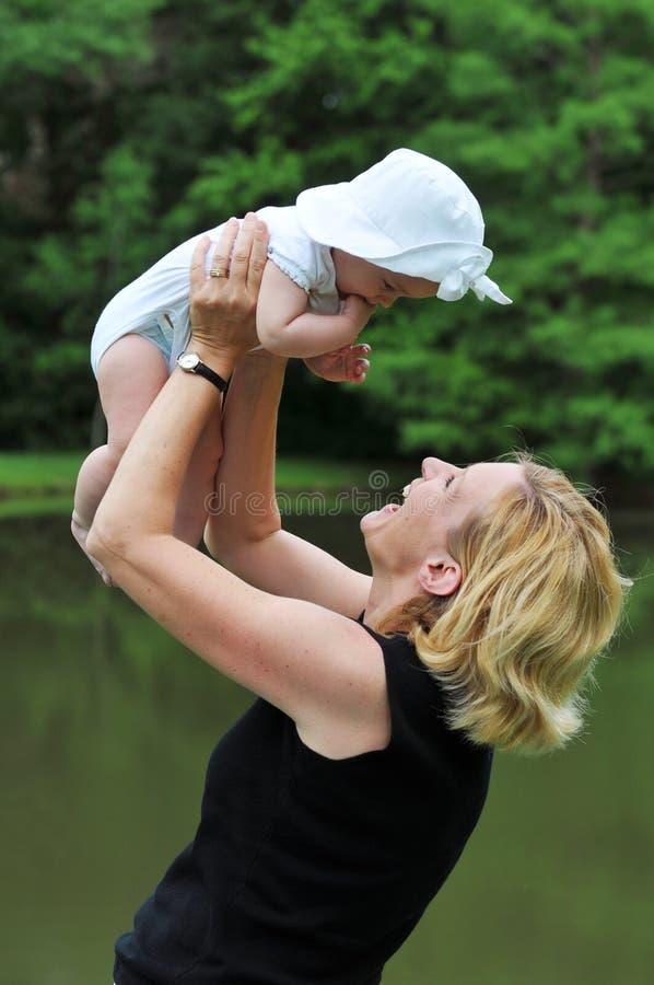 Fixation de mère son descendant images stock