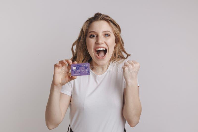 Fixation de sourire de femme par la carte de crédit Portrait d'isolement images stock