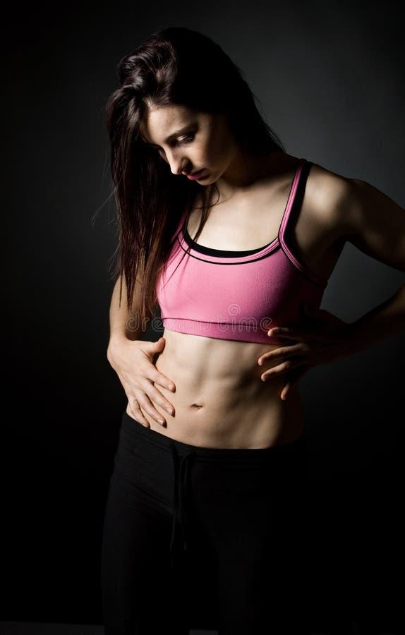 Fixation femelle sportive son estomac image libre de droits
