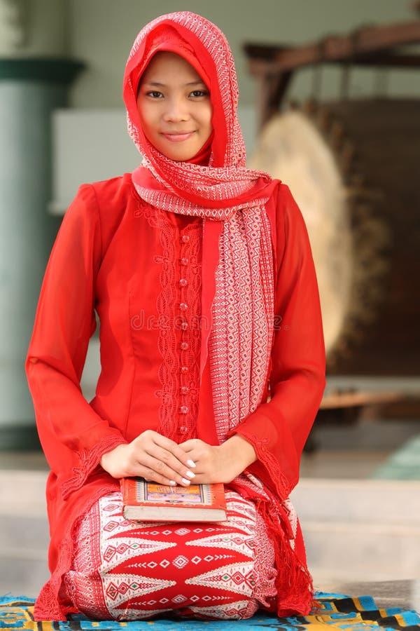 Fixation musulmane Coran de fille photo libre de droits