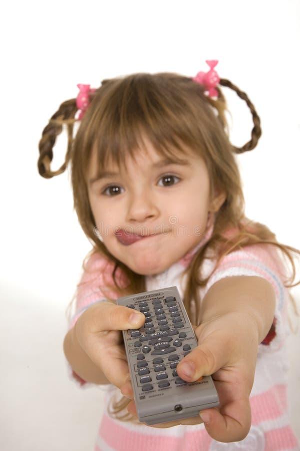Fixation TV de fille à télécommande photographie stock
