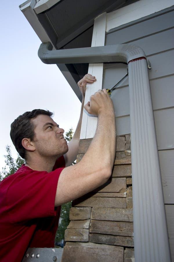 fixing house man στοκ φωτογραφία με δικαίωμα ελεύθερης χρήσης