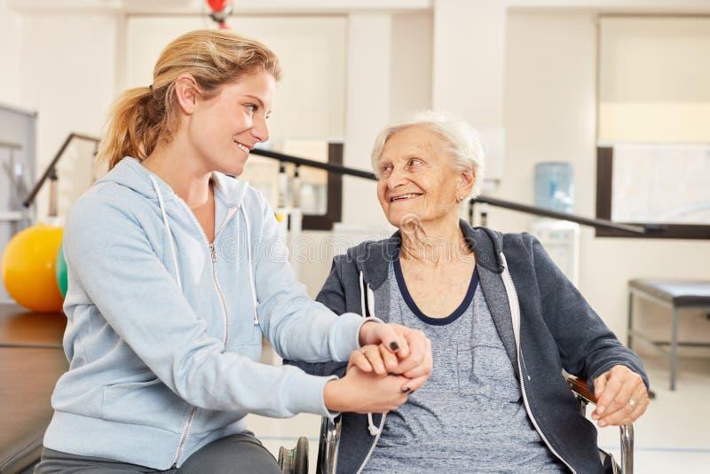 Fizjoterapeuta opiekuje się osobami starszymi obraz royalty free