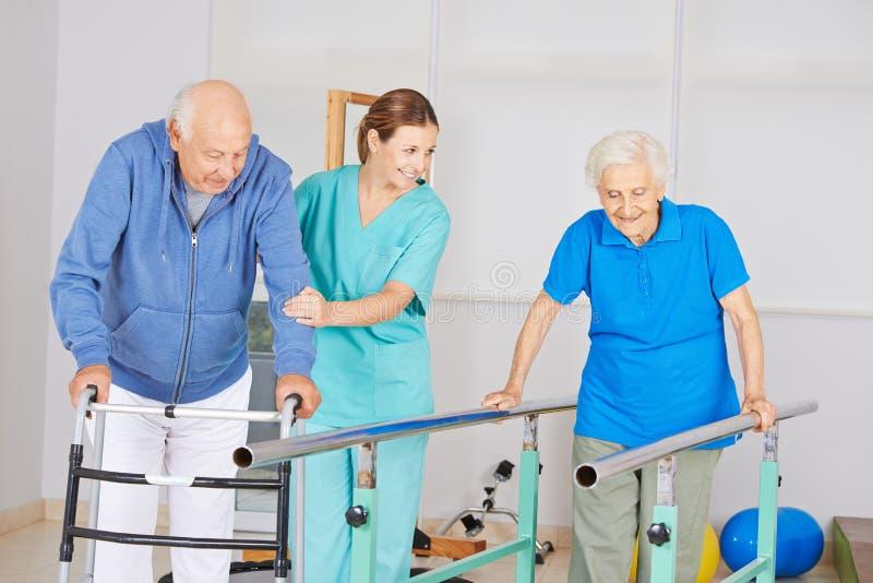 Fizjoterapia z starszymi ludźmi zdjęcia royalty free