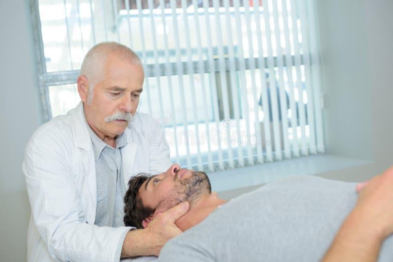 Fizycznego terapeuta masowania ` s cierpliwa głowa fotografia royalty free