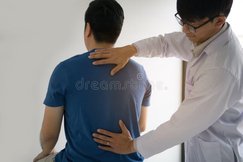 Fizyczni terapeuci używają ręki sprawdzać plecy pacjent zdjęcie stock