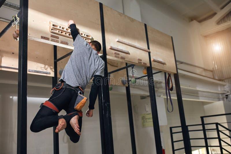 Fizycznie rzucający wyzwanie arywisty spełniania dodatek specjalny ćwiczy przy drewnianym panelem obrazy royalty free