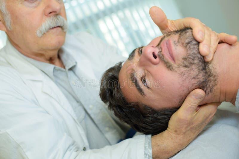 Fizyczny terapeuta daje szyja masażowi obrazy stock