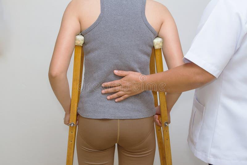 Fizyczny terapeuta pomaga cierpliwemu rehab chodzić zdjęcie royalty free