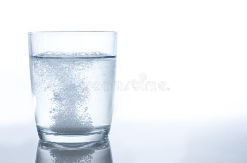 fizzing вода таблетки стоковые изображения rf