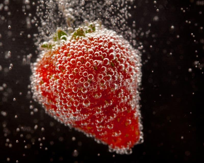 Fizzing Erdbeere lizenzfreie stockbilder