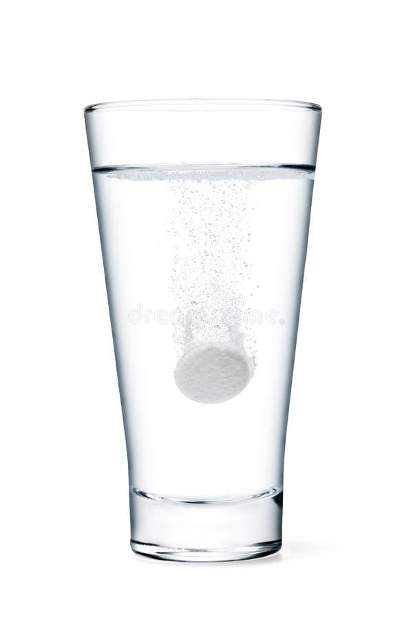 Fizzy Tablette im Glas Wasser lizenzfreie stockfotos