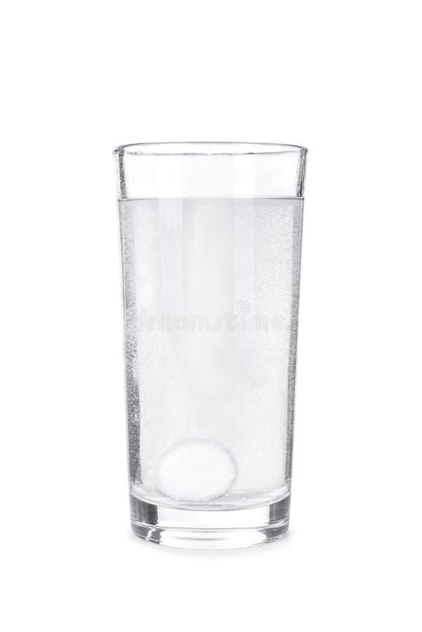 Fizzy Tablette im Glas Wasser stockfotografie