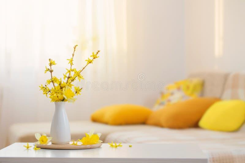 Fjäderblommor i vase på modern insida royaltyfria bilder