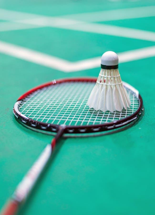 fjäderboll- och badmintonracket i rätten royaltyfri fotografi