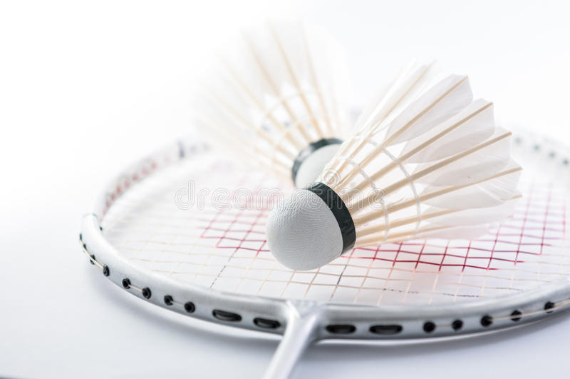 Fjäderboll på badmintonracket arkivbilder