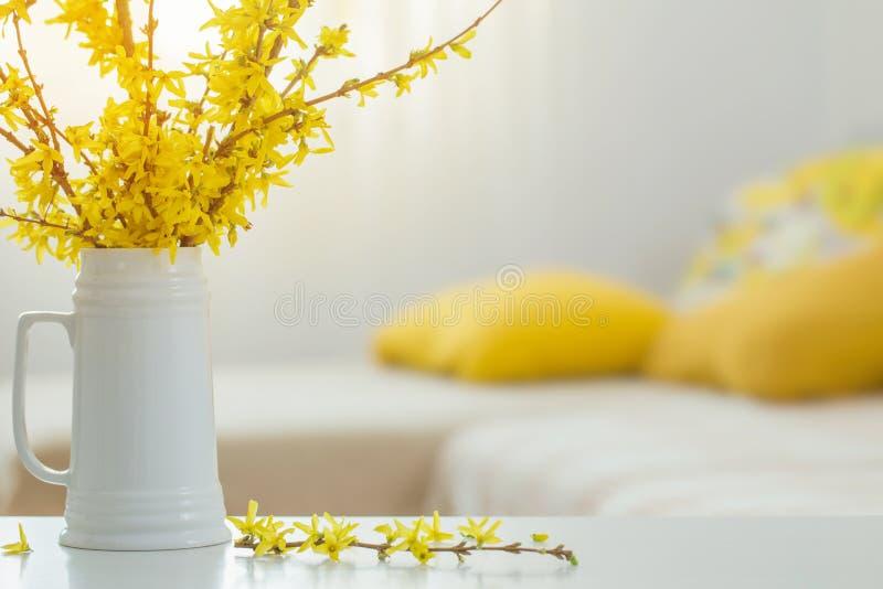 Fjädergula blommor i vase på modern insida fotografering för bildbyråer