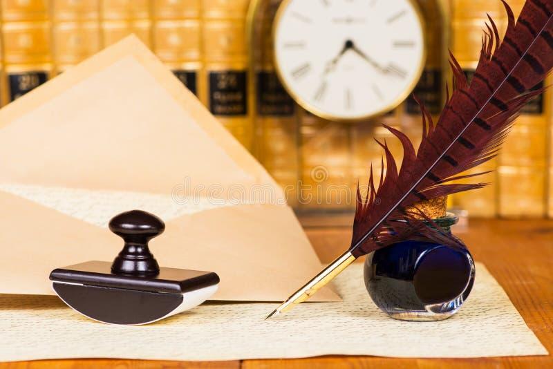 Fjäderpenna och färgpulver royaltyfri fotografi