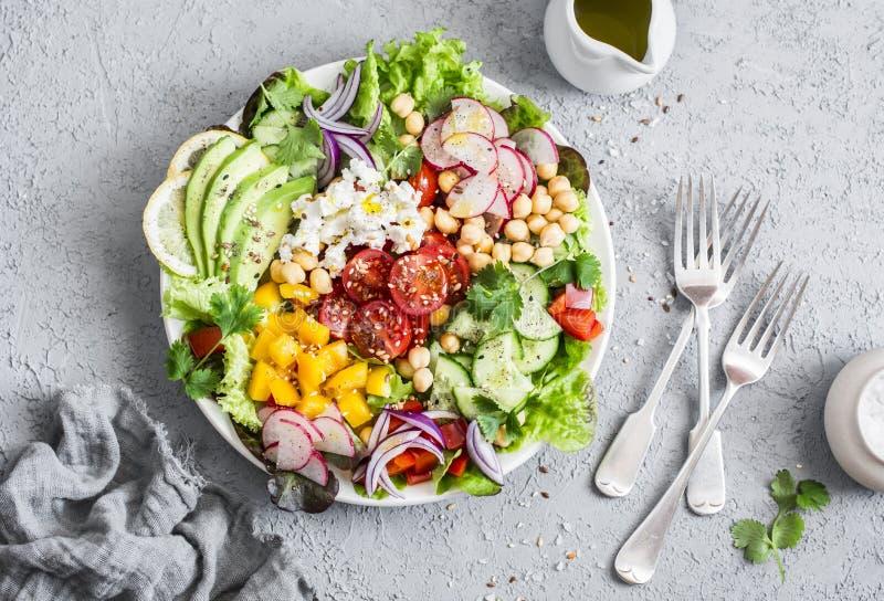 Fjädra grönsaksallad med kikärtar, avokadot och feta Smaklig sund mat Buddhabunke på en grå färgbakgrund royaltyfria bilder
