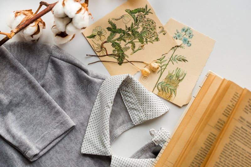 Fjädra sammansättning Bomull blommar, kortet för kortteckningshälsningen med blommor En gammal bok med gula sidorna Omslaget royaltyfri bild