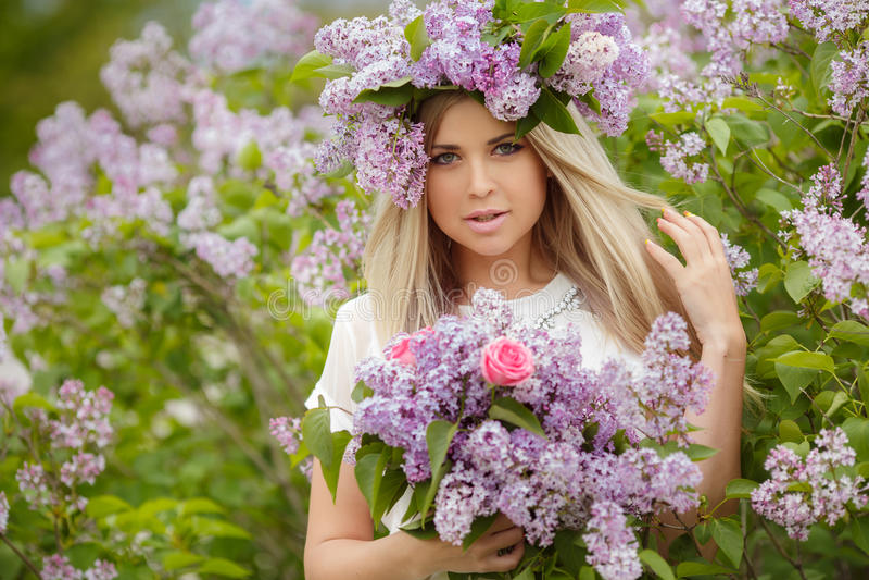 Fjädra ståenden av en härlig flicka med lilan royaltyfri fotografi