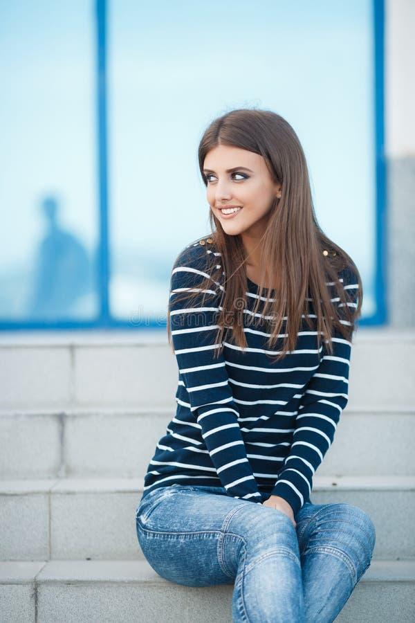 Fjädra ståenden av en härlig kvinna i staden utomhus fotografering för bildbyråer