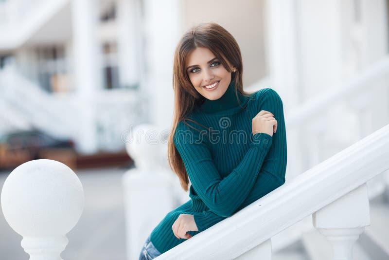 Fjädra ståenden av en härlig kvinna i staden utomhus arkivbild
