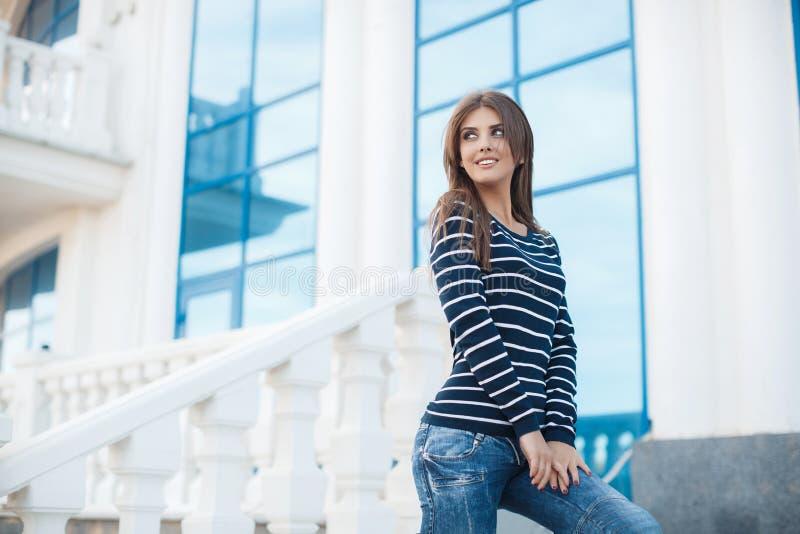 Fjädra ståenden av en härlig kvinna i staden utomhus royaltyfri fotografi