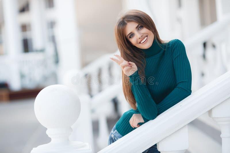 Fjädra ståenden av en härlig kvinna i staden utomhus arkivfoto