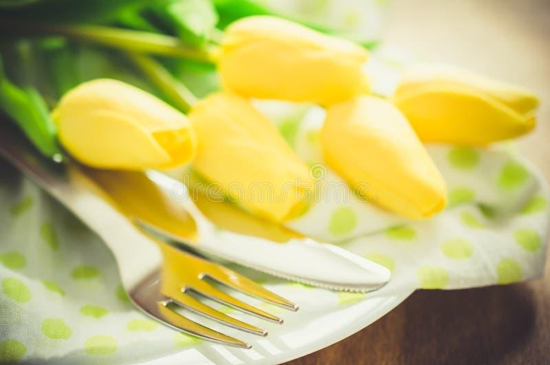 Fjädra tabellinställningen för påsk eller fostra dagen för ` s royaltyfria bilder