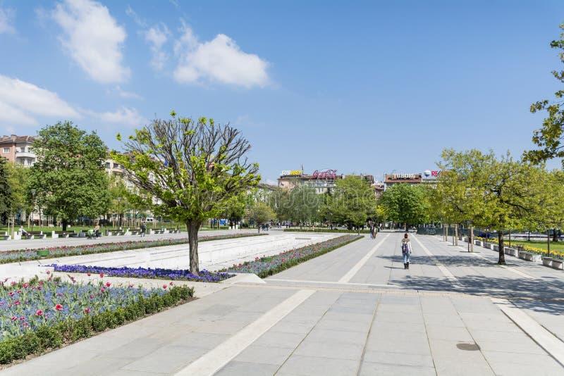 Fjädra trädgården med tulpan som är främsta av den nationella slotten av kultur, Sofia, Bulgarien royaltyfria foton