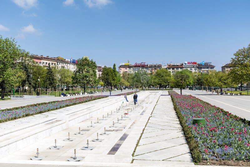 Fjädra trädgården med tulpan som är främsta av den nationella slotten av kultur, Sofia, Bulgarien arkivfoto