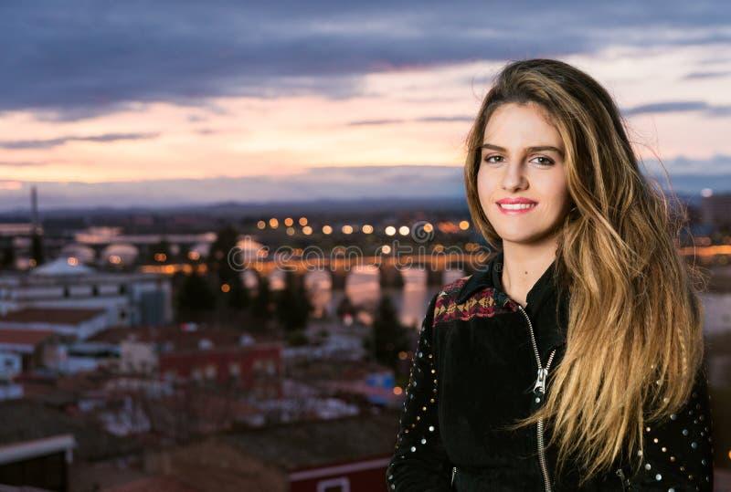 Fjädra utomhus- porttrait av den unga nätta blonda flickan med stad b arkivbild