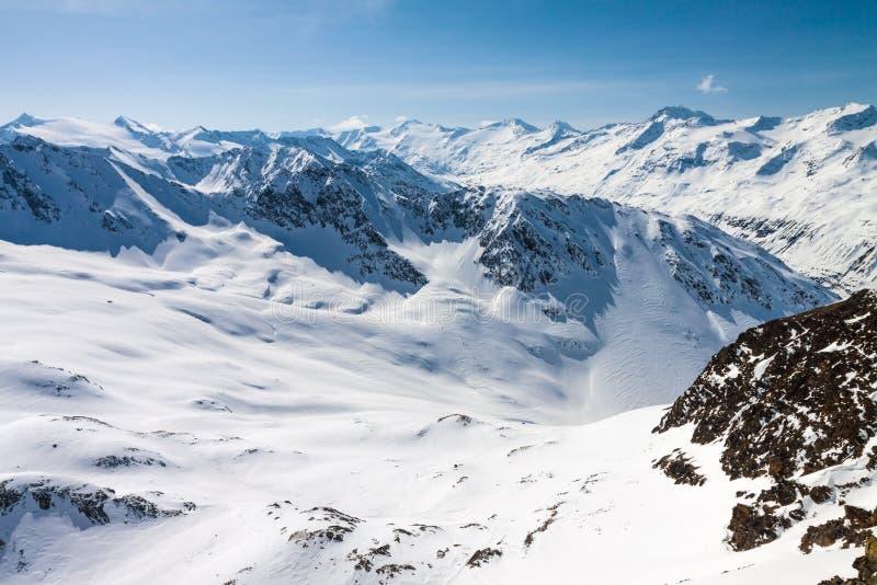 Fjällängar för österrikare för maxima för berg för vintersnö dolda arkivfoto