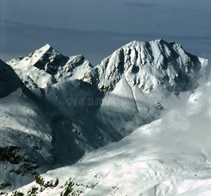 Fjällängar i östliga Tyrol med ett försvinnande moln royaltyfria foton