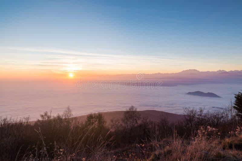 Fjällängar på solnedgången med Monte Rosa från den Campo deien Fiori, Varese, Italien royaltyfria bilder