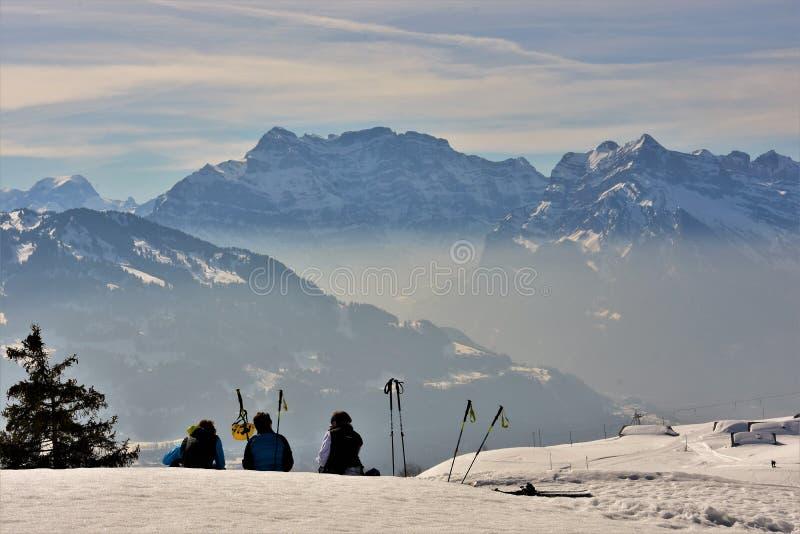 Fjällängar Schweiz, Februari 2019, skidåkare i skidar semesterorten arkivbild