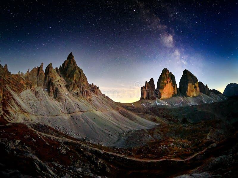 Fjällängberglandskap med natthimmel och den Mliky vägen Tre Cime di Lavaredo royaltyfria foton